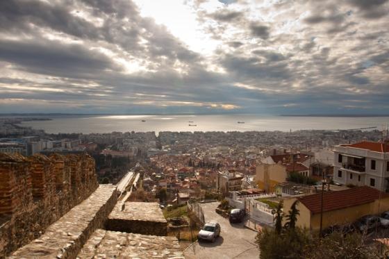 В погожий день из Салоник можно увидеть заснеженную вершина Олимпа
