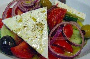 Будучи в Элладе не попробовать греческий салат - это почти грех