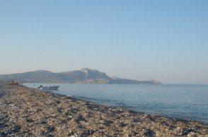 Пляж Калазоса галечный, но море подкупает своей кристальной чистотой.