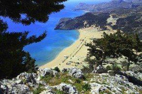 Длинный песчаный пляж Тсамбики находится в 26 км на юго-восток от столицы острова