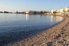 В бухте Хараки соседствуют как песчаный, так и галечный пляжи