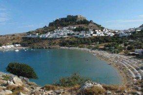 С пляжа Линдос открывается потрясающий вид на Акрополь