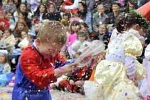 Любовь к карнавалам прививается грекам еще с детства