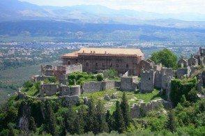 Из окон Дворца Деспотов в Мистре открывается вид на современную Спарту