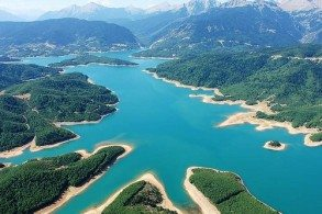 Рукотворное озеро Пластирас расположено на высоте 800 метров над уровнем моря