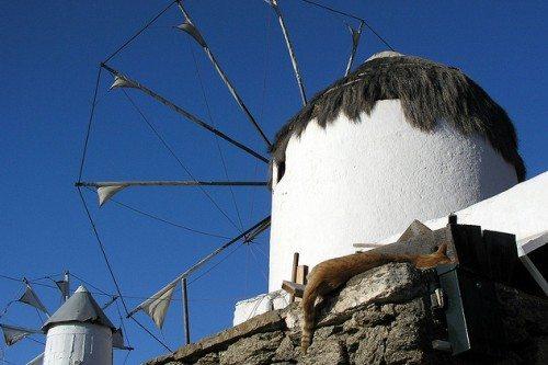 Классическая ветряная мельница в Греции