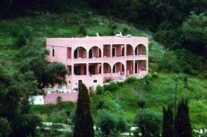 Издалека Aphrodite Apartments похож на легкий розовый след от нежного поцелуя, дарованного богиней любви побережью