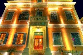 Крепкие стены и пышный сад отеля Bella Venezia скрадывают все посторонние звуки, мешающие полноценному уединению