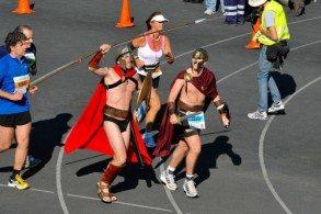 Для участия в Афинском Марафоне не существует ограничений – бежать могут как атлеты-олимпийцы, так и обычные любители