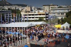 Забег Афинского марафона проходит от места Марафонской битвы до современного стадиона «Панатинаикос» в центре столицы