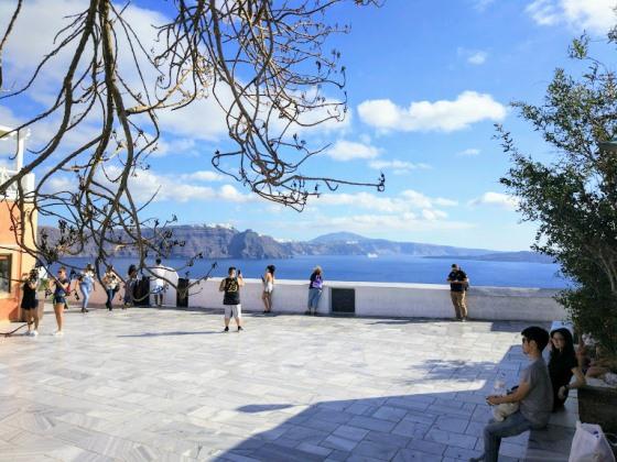 Даже в конце октября погода на Санторини обычно теплая и солнечная