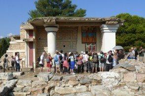 Экскурсия в Кносский Дворец позволит увидеть места, знакомые с детства по мифам о красавице Ариадне, отважном Тесее и царе Миносе – сыне Зевса