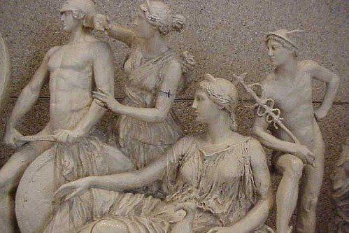 Афина Паллада, как настоящая древнегреческая богиня, имеет собственный храм