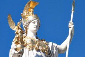 Афина Паллада окружена мужскими атрибутами: на голове шлем с высоким гребнем, в руках щит, украшеный головой Медузы Горгоны
