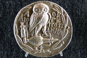 Частые спутники Афины - сова и змея – символы мудрости, а еще Ника - богиня победы