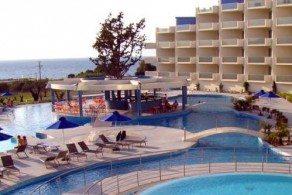 На территории отеля Atrium Platinum имеются крытый и открытый бассейны с шезлонгами и зонтиками, детская игровая площадка, тренажерный зал и теннисный корт