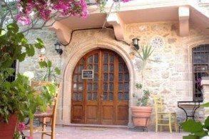 Отель Attiki окружен террасой и садом с цветущими апельсиновыми и лимонными деревьями. Неподалеку - прекрасный пляж, средневековая Улица Рыцарей и знаменитый Дворец Великого магистра