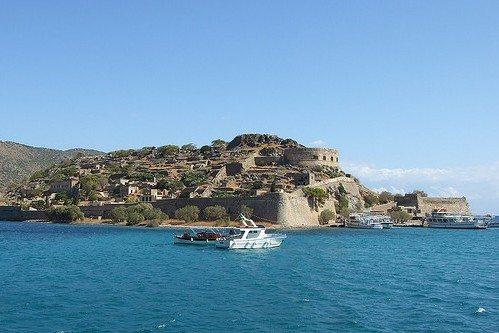 Экскурсии по Криту: вид на остров Спиналонга с моря