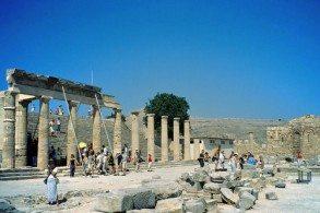 Линдос особенно оживает летом, когда туристы со всего острова съезжаются, чтобы увидеть знаменитый акрополь