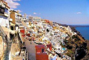 Хотя Санторини и небольшой остров, но обойти его пешком не получится. Столица Фира, городок Ия и пляж с черным вулканическим песком – находятся достаточно далеко друг от друга, чтобы полагаться исключительно на ноги