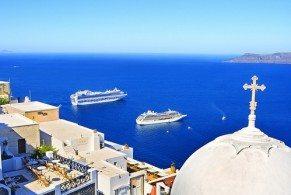 Добраться с Крита на Санторини удобнее всего паромом. Регулярные маршруты соединяют Санторини с двумя портами на Крите: Ираклионом и Ситией