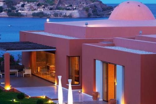Персональные террасы и бассейны в одном из самых роскошных отелей Кипра