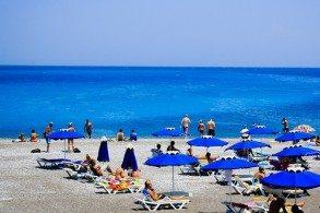 Пляжи в Родосе летом переполнены отдыхающими, поэтому если захочется уединения - найти подходящее место поможет только  автомобиль