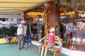 Магазины на Кипре открыты обычно с 7:00 до 21:00 - в будни, а по субботам до 19:00. В воскресенье магазины не работают