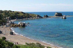 Пляжи Лачи прекрасно оборудованы. Есть даже специальные мостки для людей с ограниченными возможностями, желающих принять морские ванны. Обычный вход в воду каменистый, но довольно пологий