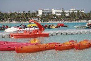 Для молодых и дерзких лучший песчаный пляж на Кипре – это Нисси Бич, куда в сезон приезжают все, кто хочет безудержного веселья, шума и толпы