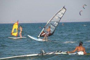 Пляж Финикудес известен прежде всего тем, что на его территории каждый сезон проходит множество различных фестивалей