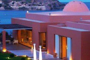 Номера и виллы отеля Domes of Elounda имеют персональные террасы и бассейны, разнообразное меню в 3 ресторанах, уютный пляж и роскошный вид на залив Мирабелло