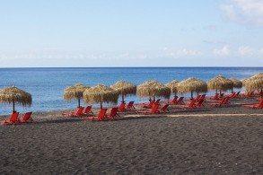 На Санторини даже пляжи экзотические: с красным, черным и белым песком, поэтому туристы обязательно стремятся побывать на каждом из них. Особенно популярен - пляж с черным вулканическим песком
