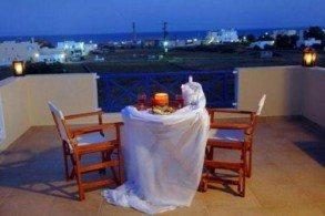 В каждом номере отеля Bella Santorini есть балкон, с которого открывается потрясающий вид на сад, бассейн или море