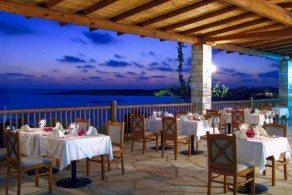 В небольших тавернах и ресторанчиках, расположенных подальше от главных туристических троп, обед обойдется на порядок дешевле