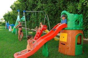 Айя Напа прекрасно подходит для семейного отдыха с детьми: на курорте множество детских площадок, развлекательных аттракционов, огромный аква- и луна-парки
