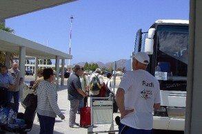 Если путешествие на Крит организовано турфирмой, то трансфер из аэропорта обычно уже включен в стоимость тура