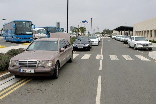 Парковка такси возле аэропорта Пафоса