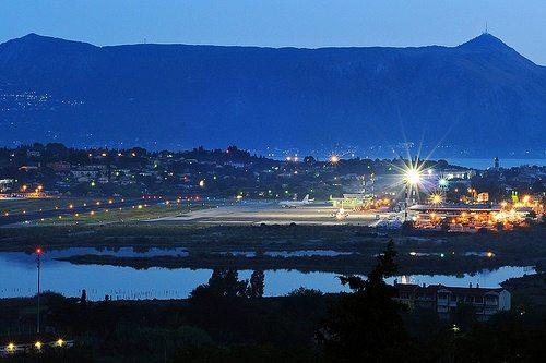 Вид на аэропорт Корфу ночью