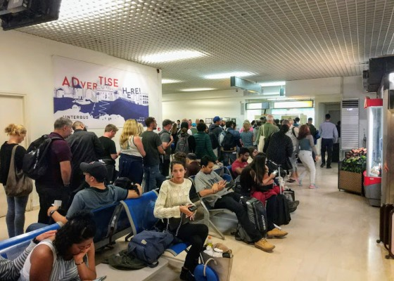 Даже в низкий сезон очереди в аэропорту - обычное явление