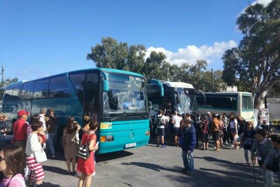 Все автобусы от терминала идут в Тиру - столицу острова