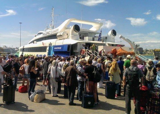 Пассажиры в Пирее ожидают посадки