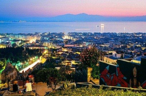 Наблюдать закат над заливом Термаикос лучше всего, сидя за столиком в одном из многочисленных ресторанчиков или кафе