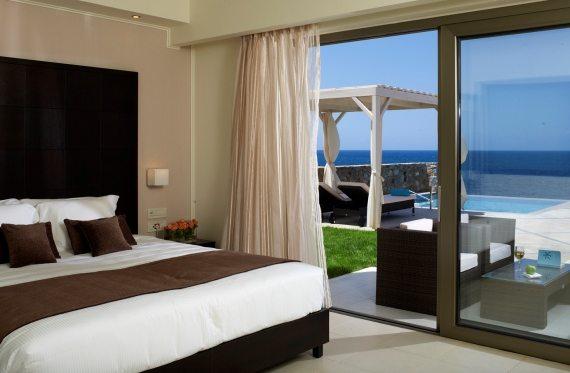 Из панорамных окон номеров открывается роскошный вид на море