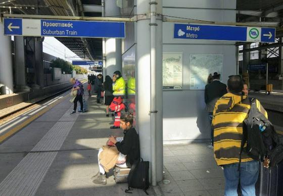 Электрички и метро от аэропорта отправляются с одной платформы.