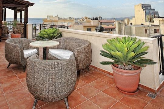 В каждом номере отеля Kastro имеется очень уютная романтическая терраса