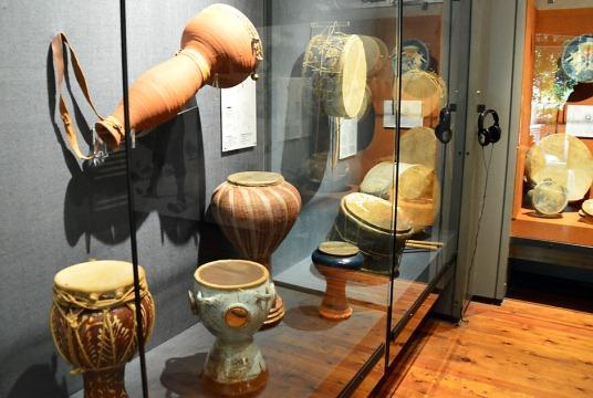 В коллекции музея более 1200-от самых различных музыкальных инструментов