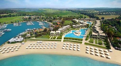 Вдоль берега разбросаны 5 фешенебельных отелей категории 5*