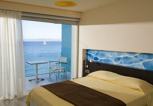 С балконов номеров отеля Aktis Art открывается потрясающий вид на Эгейское море