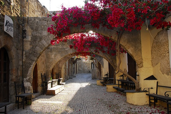 За достопримечательностями лучше ехать в соседние Родос и Ялиссос